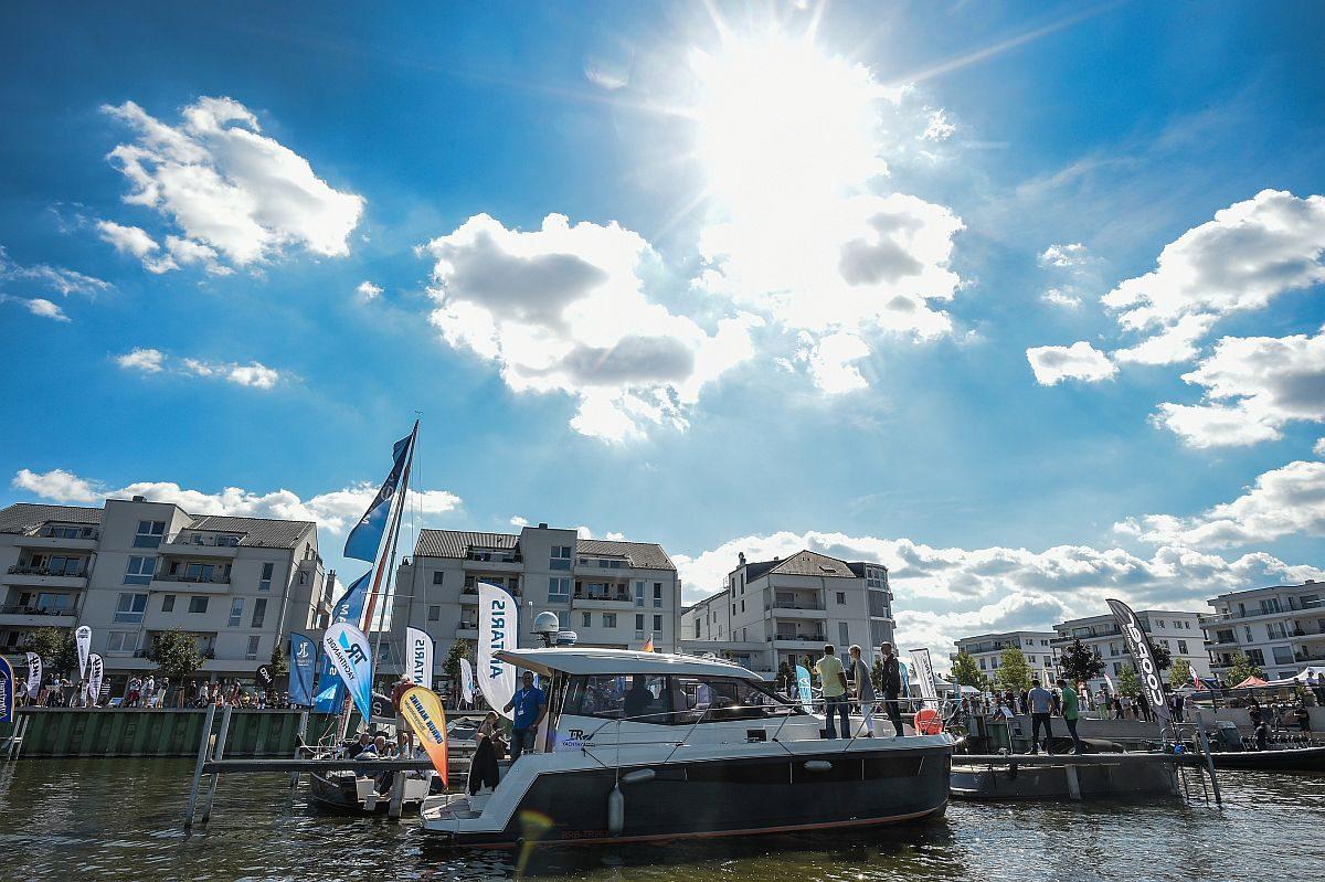 BOOT & FUN Inwater zeigt Boote und Yachten im Sommer auf dem Wasser