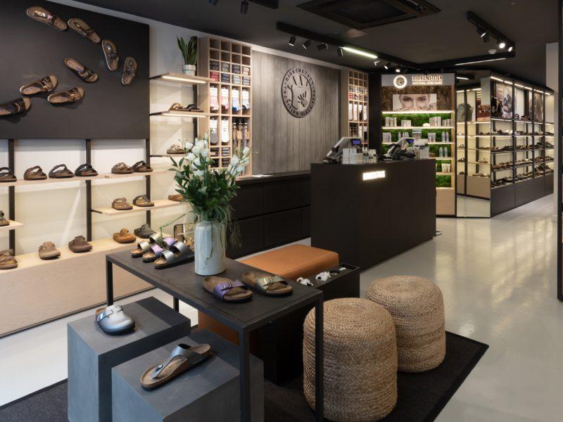 Birkenstock vergrößert seinen Fußabdruck im Herzen der britischen Modemetropole Neue Stores auf Carnaby Street und im Westfield Shopping Center eröffnet