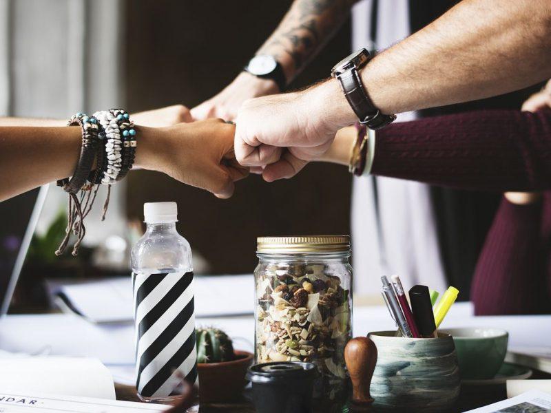 Konzerne und ihr Kampf um neue Mitarbeiter: Studie zeigt deutliche Lücken im Bereich Bewerber-Informationen