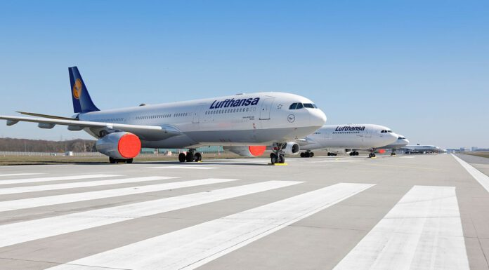 Geparkte Flugzeuge auf der vorübergehend außer Betrieb genommenen Landebahn Nordwest am Flughafen Frankfurt