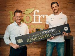 Biofruit Geschäftsführer Dirk Salentin und Volleyball-Profi Michael Andrei