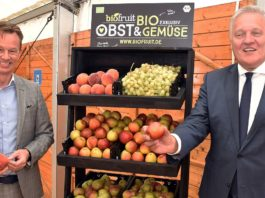 Biofruit-Geschäftsführer Dirk Salentin (links) und der Landrat des Kreises Düren Wolfgang Spelthahn (rechts) werben für gesundes Essen, mehr Nachhaltigkeit und die Region