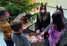 Die beiden Hegelmann-Azubis Lidia Berg und Shirin Schray verteilen leckere Geschenke zu Nikolaus